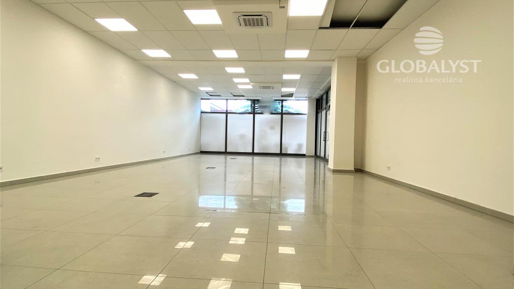Obchodné priestory -  376 m2, situované na prízemí obchodného strediska - blízko centra mesta.